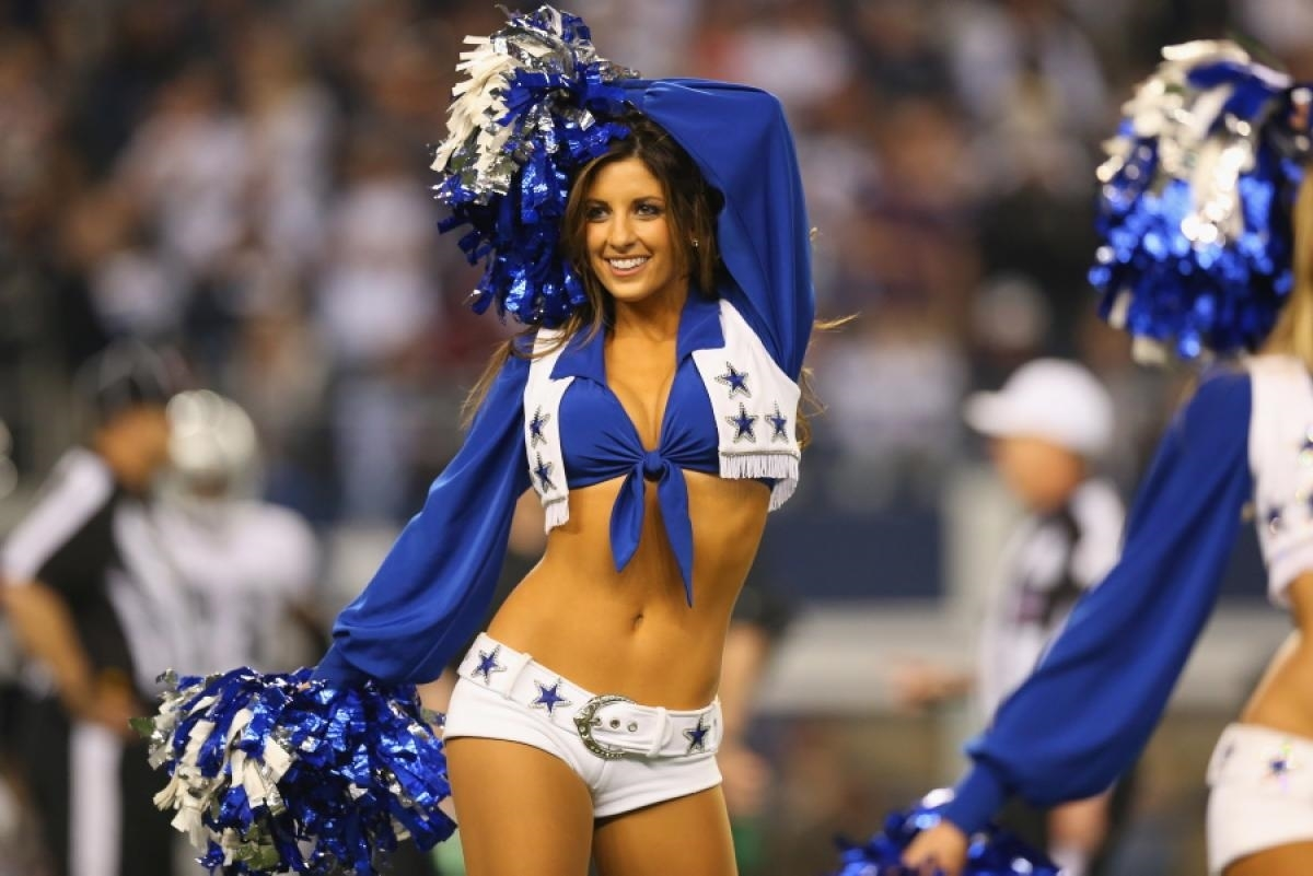leafs-girl-nfl-cheerleaders-boobs
