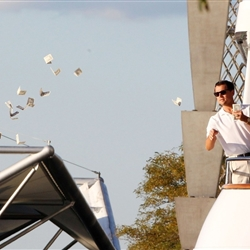 Wolf of Wallstreet Throwing Money